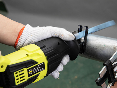 Maintenance of electric chain saws and precautions before operation